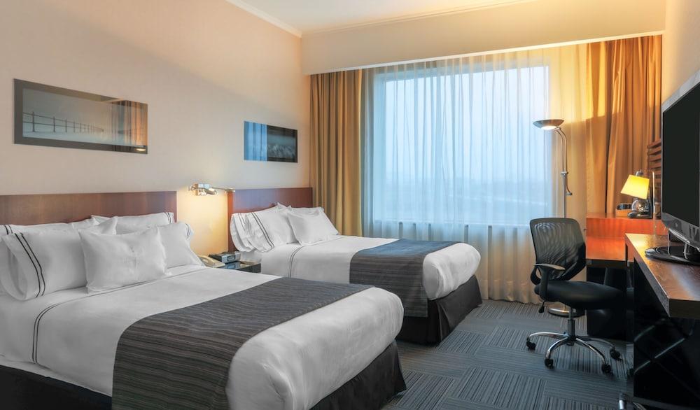 https://i.travelapi.com/hotels/3000000/3000000/2995400/2995362/9953ee70_z.jpg