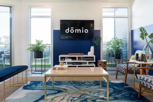 2br/2ba Penthouse in Warehouse Dist. by Domio, Orleans