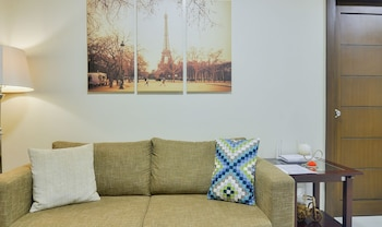 HOME SOLUTIONS IN PADGETT PLACE Living Area