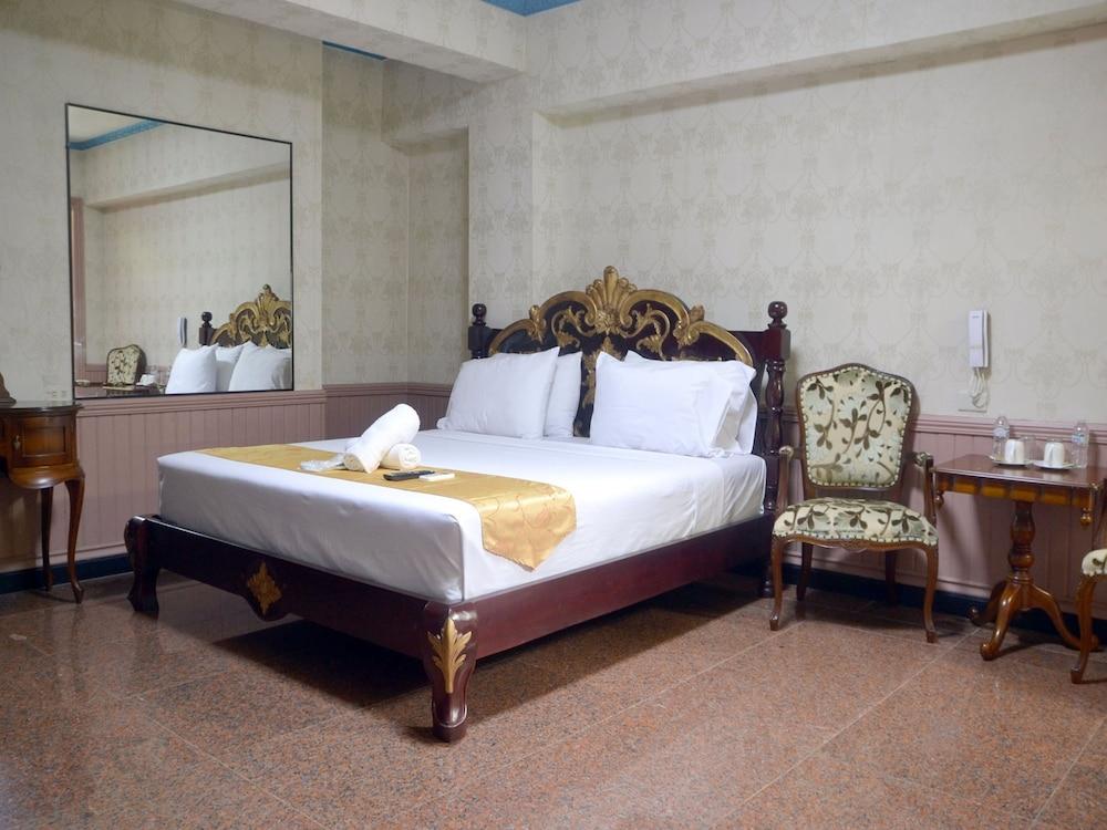 https://i.travelapi.com/hotels/30000000/29160000/29153500/29153480/96082a19_z.jpg