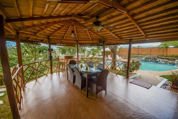 HILLTOP POOL AND VILLA Dining