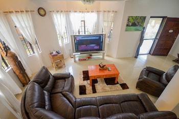 HILLTOP POOL AND VILLA Living Room