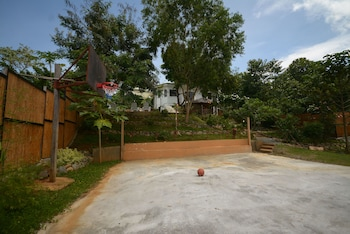 HILLTOP POOL AND VILLA Basketball Court