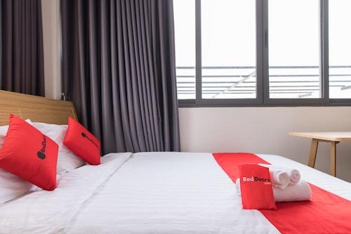 RedDoorz Premium near E-Town, Tân Bình