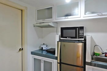FORBESWOOD HEIGHTS 2BR BY STAYS PH Private Kitchenette