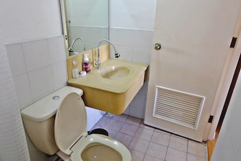 FORBESWOOD HEIGHTS 2BR BY STAYS PH Bathroom