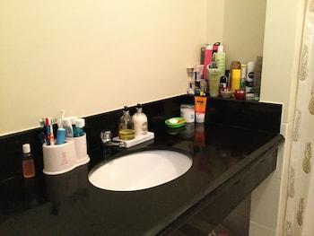 2 BR CONDO AT SHERIDAN CONDOMINIUM Bathroom