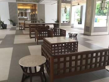 2 BR CONDO AT SHERIDAN CONDOMINIUM Lobby Sitting Area