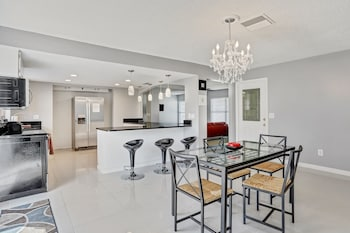3BR Pool Home in Tampa by Tom Well IG - 712