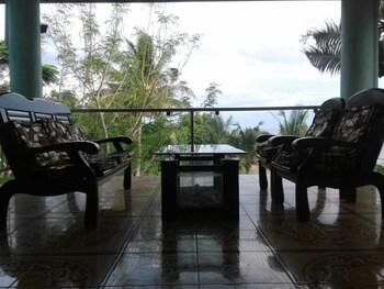 CLARE'S BEACH HOUSE Terrace/Patio