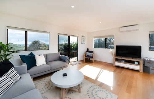 Newly renovated Oneroa beach view house, Auckland