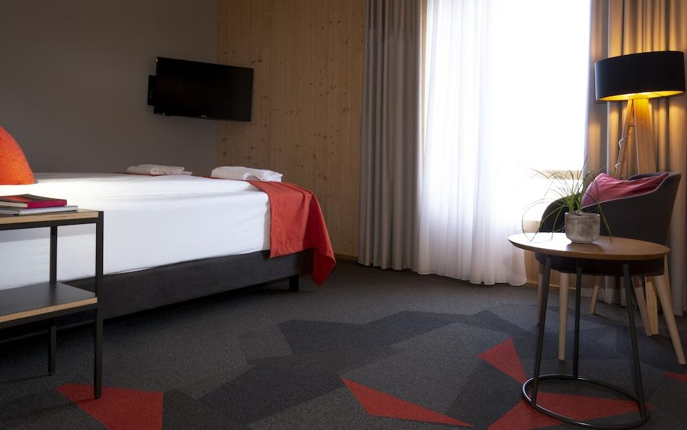 https://i.travelapi.com/hotels/31000000/30070000/30060400/30060341/2f4532f6_z.jpg