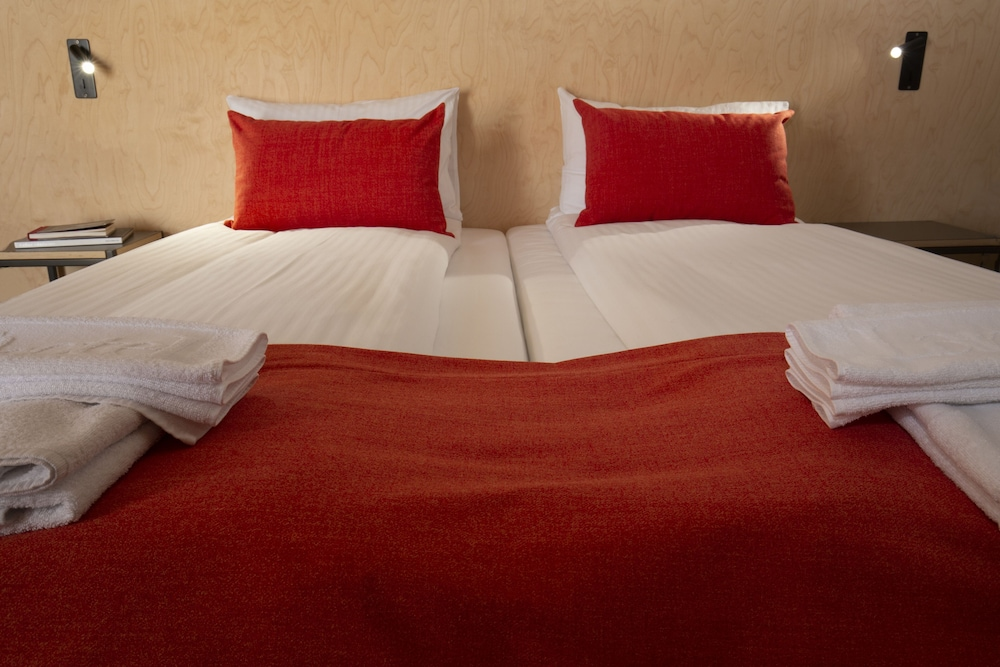 https://i.travelapi.com/hotels/31000000/30070000/30060400/30060341/dc2ef775_z.jpg