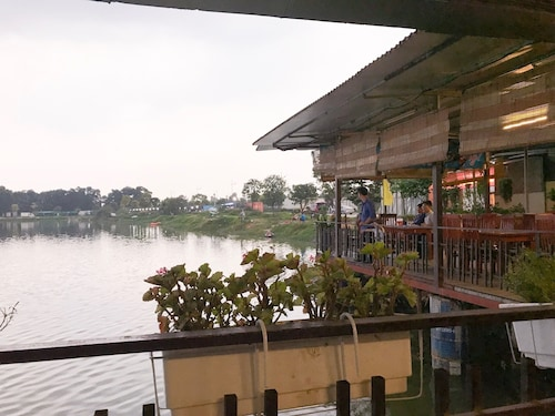 Vinh Gia Airport Lake View Hostel, Sóc Sơn