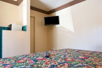 Deluxe Room, 1 Queen Bed, Smoking (Kitchenette)