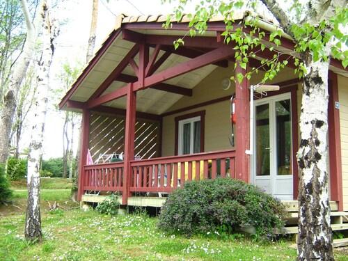 . Camping Les Lacs de Courtes - Chalets