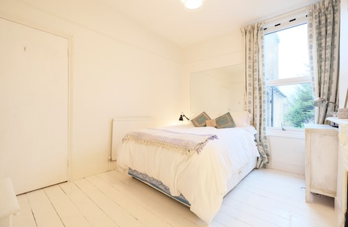 Sunny, Bohemian-style Flat For 4 in Queens Park, London