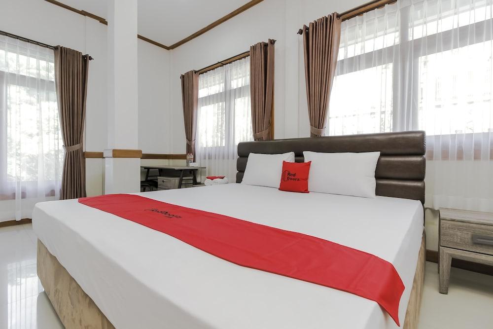 红多兹Plus酒店-近万隆州立理工学院