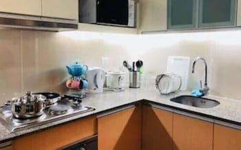 CONDO APARTMENT IN MACTAN NEWTOWN Shared Kitchen