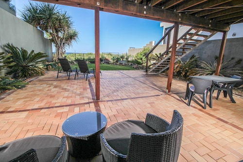T E Peters Waterfront Holiday Home, Broadbeach Waters