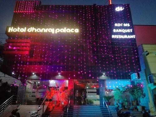 . Hotel Dhanraj Palace