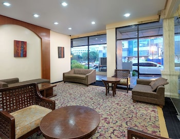 ZEN ROOMS WOODRIDGE MCKINLEY BGC Lobby Sitting Area