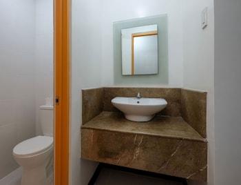 ZEN ROOMS WOODRIDGE MCKINLEY BGC Bathroom