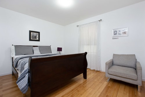 Racpanos Modern Stay on Ocean Avenue, Hudson