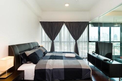 Luxury 2BR Suite With Klcc Views, Kuala Lumpur