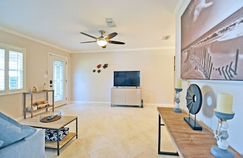 Gorgeous 2 Bedroom Home Completely Renovated and Newly Furnished in Sa
