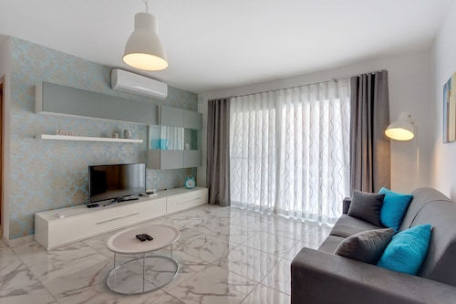 . Luxury 2 Bedroom Apartment by the Sea