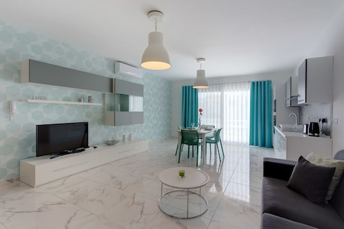 . Marvellous 2 Bedroom Apartment by the Sea