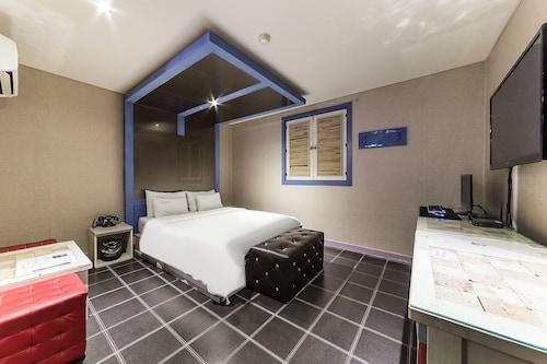Hotel C&, Nam