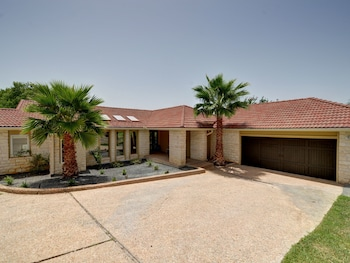 THE Arrive Edgewater Home 4 Bedrooms 3.5 Bathrooms Home
