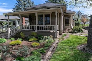 '1900' House and Cottage ~ Near OSF ~ Sleeps 10