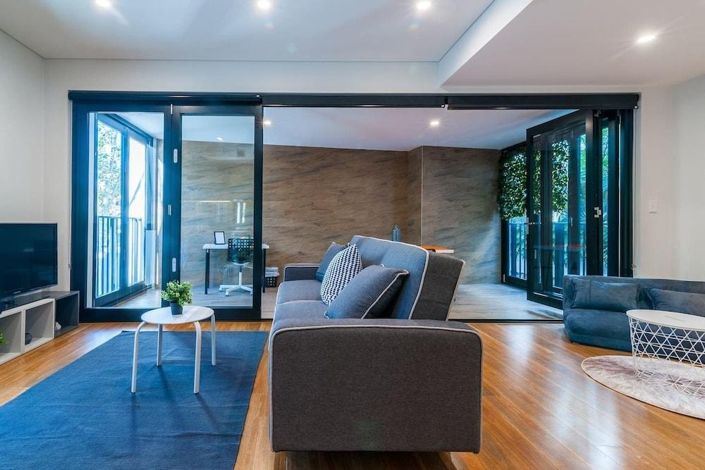 Stylish 2 BDR Apartment - Close to Redfern Station