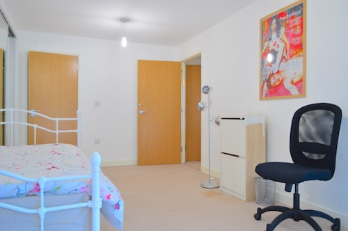 Modern 3 Bedroom Apartment on Dalston Square, Islington