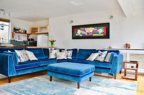 . Three Bedroom Penthouse in Brighton