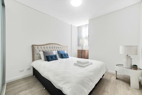 . Elegant 2 Bedroom Terrace in Premium Condition