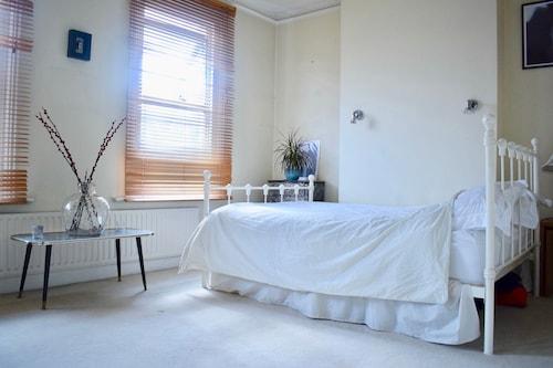 2 Bedroom Wimbledon House With Garden, London