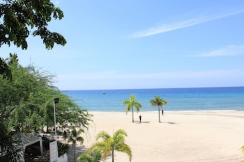 LAIYA WHITE COVE BEACH RESORT Beach