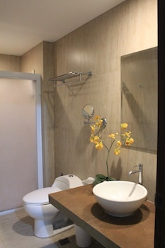 LAIYA WHITE COVE BEACH RESORT Bathroom Shower