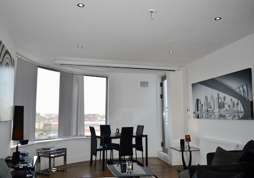 . 2 Bedroom Apartment With 2 Balconies in Manchester