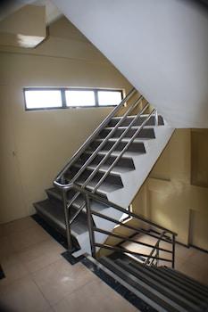 7 DAYS INN Staircase