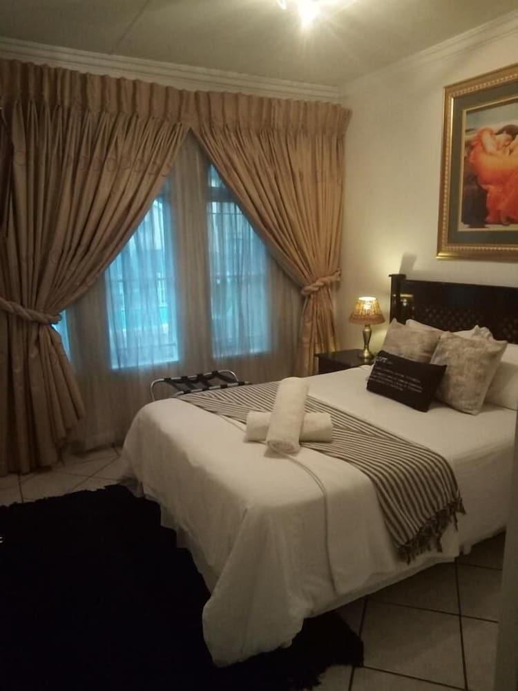 https://i.travelapi.com/hotels/33000000/32840000/32834200/32834178/a125f41d_z.jpg