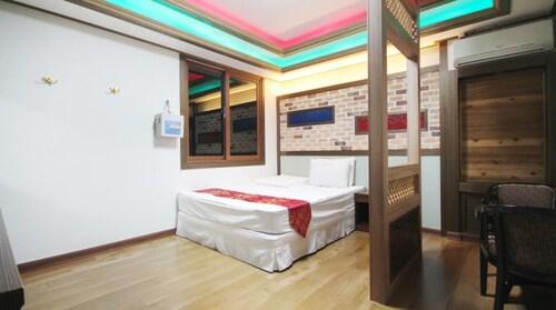 The Sharp Motel, Tongyeong