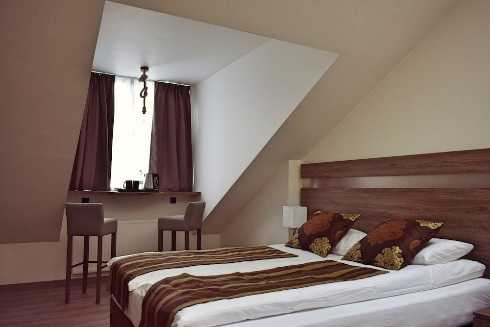 https://i.travelapi.com/hotels/33000000/32920000/32912700/32912650/994cd51a_z.jpg