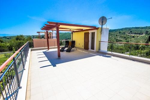 Villa Yellow, Supetar