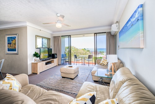 Beachfront Haven with Pool and Parking, Palm Beach