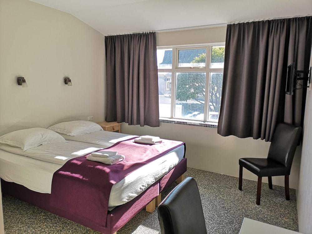 https://i.travelapi.com/hotels/34000000/33300000/33298100/33298029/3c7a70aa_z.jpg